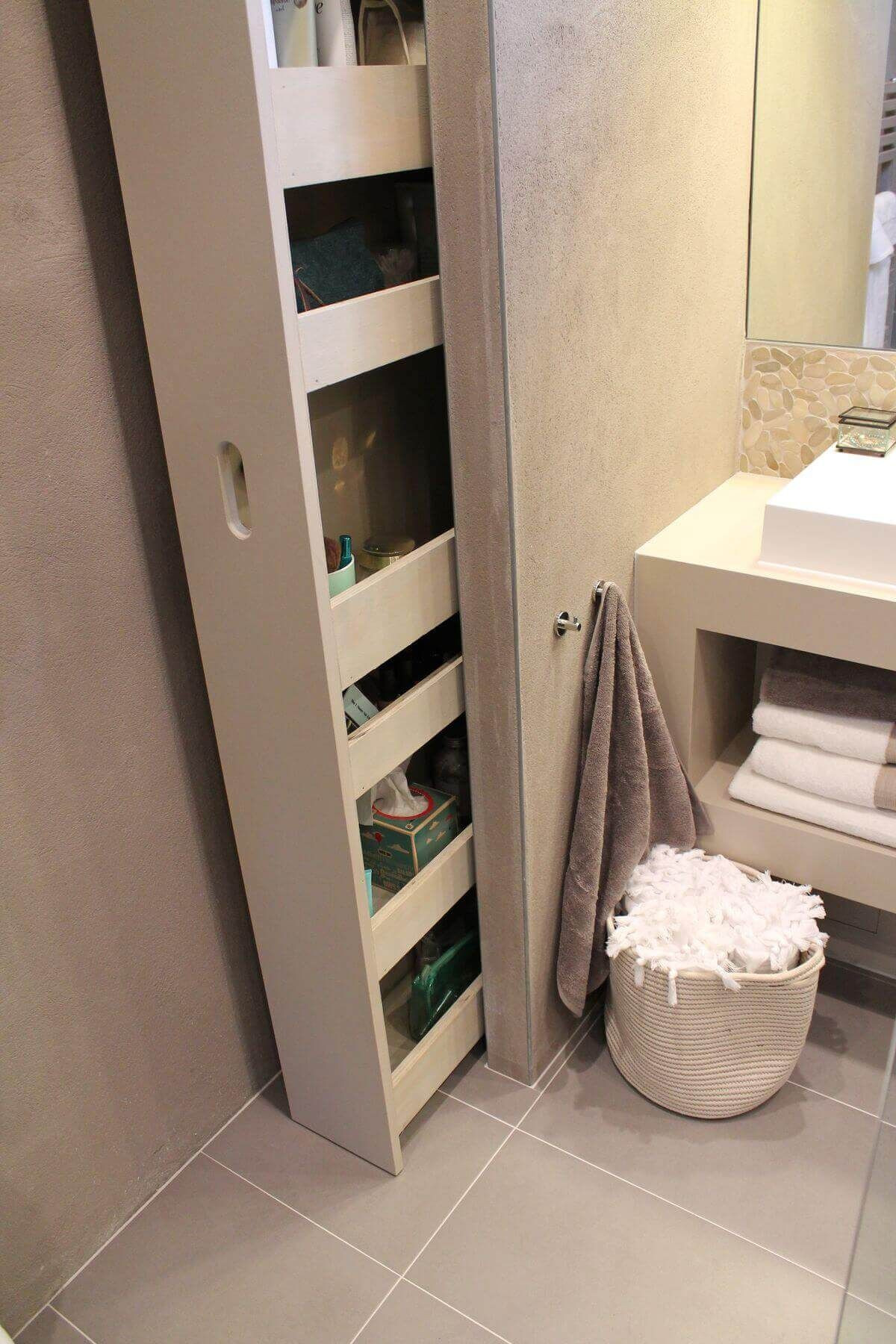 25 brillantes étagères de salle de bains et idées de rangement intégrées pour vous organiser avec style