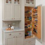 Armoire de cuisine traditionnelle avec garde-manger intégré