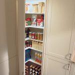 Au-dessus du coin, vous pouvez également placer des armoires hautes dans la cuisine. Cette diagonale ...