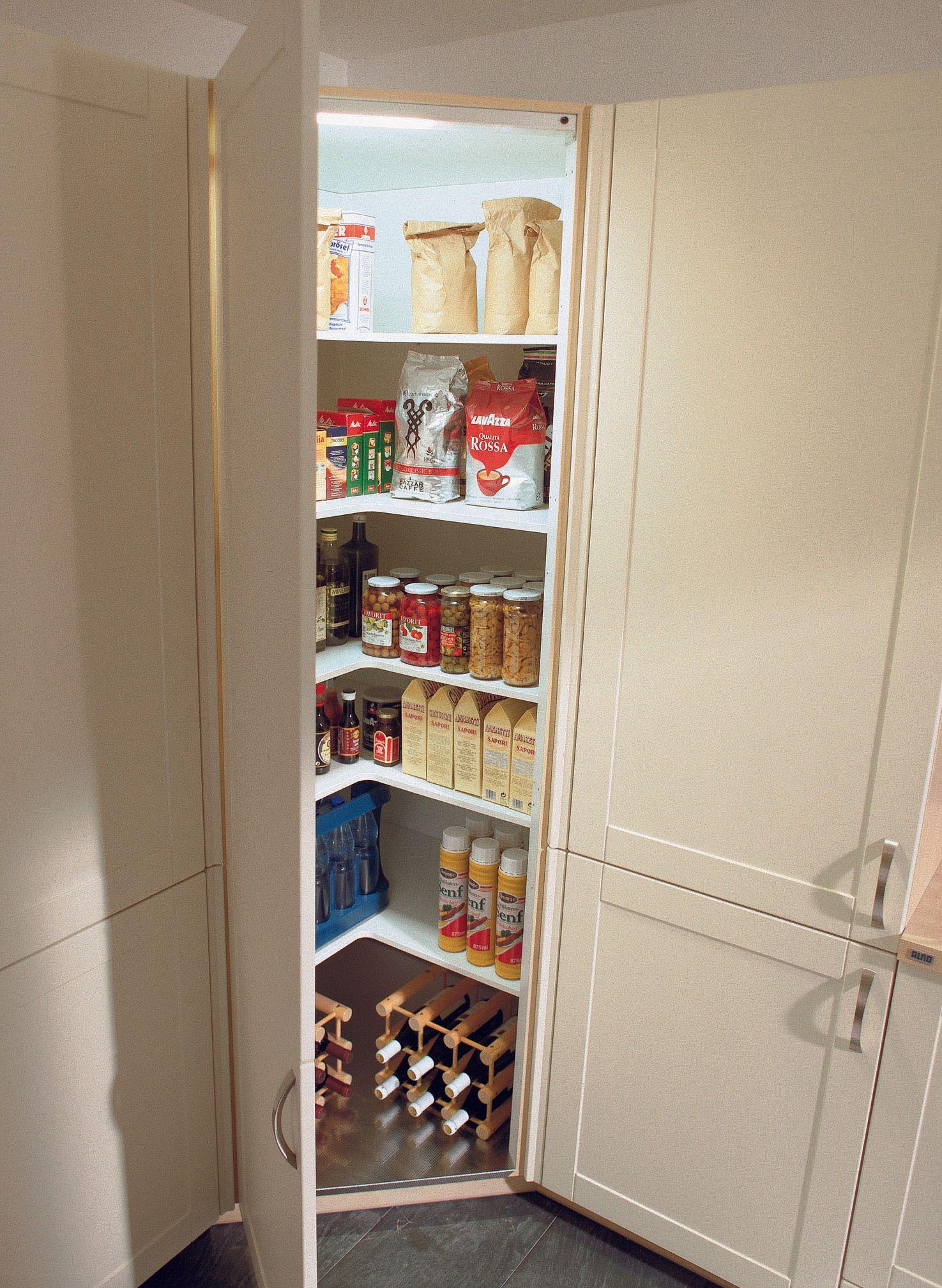 Au-dessus du coin, vous pouvez également placer des armoires hautes dans la cuisine. Cette diagonale …