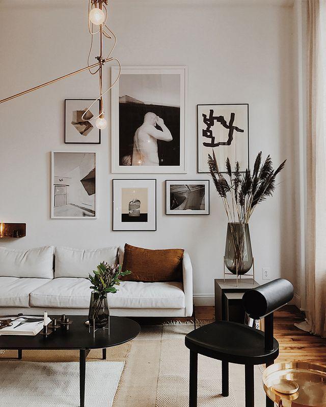 Beaux murs de la galerie au-dessus du canapé # salon #galerie