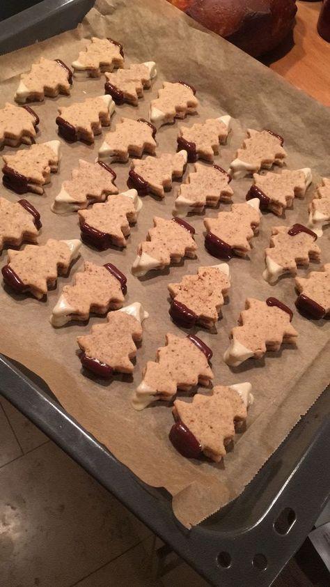 Biscuits de Noël: sapins de nougat neigeux