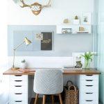 Bureau à domicile, carrelage au sol, fauteuil gris, décorations murales et bois. # Paniers ...