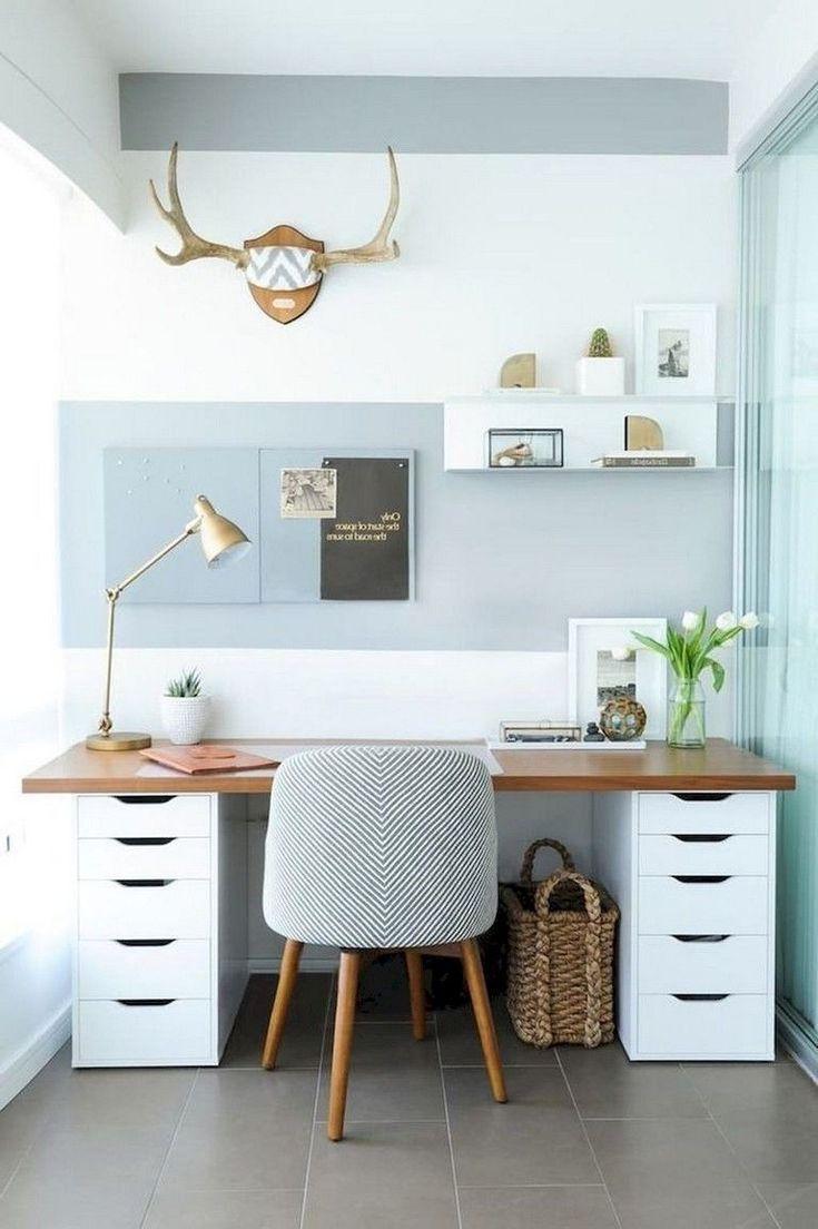 Bureau à domicile, carrelage au sol, fauteuil gris, décorations murales et bois. # Paniers …