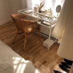 Bureau à la maison bohémien avec chaise en rotin et verre Ikea desk #bohohomes #bohemiani ... - ...