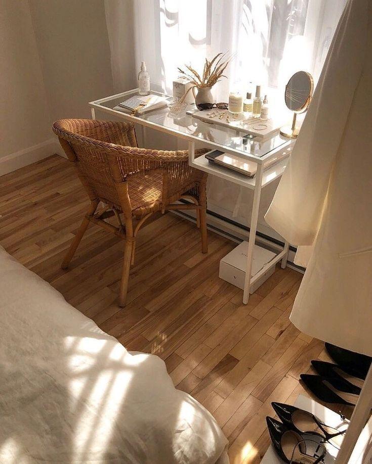 Bureau à la maison bohémien avec chaise en rotin et verre Ikea desk #bohohomes #bohemiani … – …
