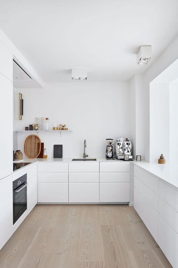 Cette cuisine élégante et blanche est décorée avec des meubles IKEA et une profi …
