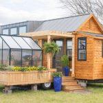 Cette petite maison miniature avec jardin d'hiver ne fait que 30 mètres ...
