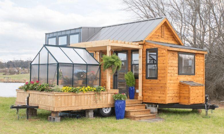 Cette petite maison miniature avec jardin d'hiver ne fait que 30 mètres …