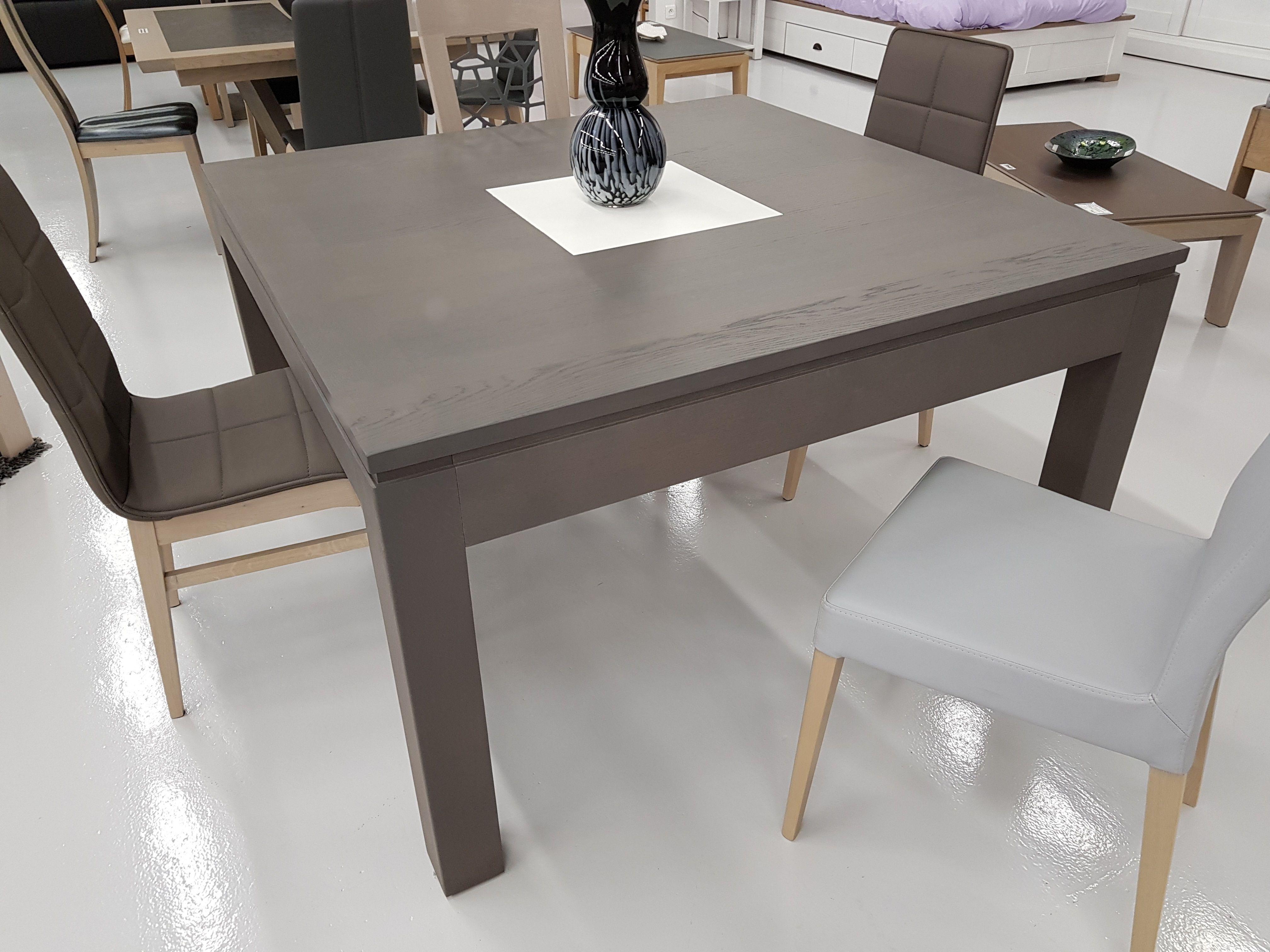 Cette table de salle à manger en chêne vous séduira avec ses lignes sobres et…