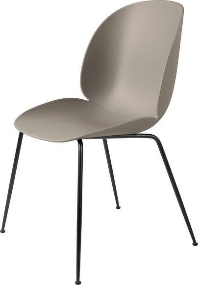 Chaise en plastique beige et métal noir Beetle – Gubi