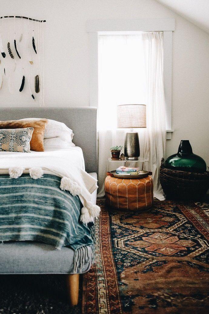 Chambre de style Boho avec tapis persan dans les tons de marron foncé.
