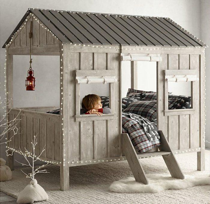Conception de lit originale pour les enfants sous la forme d'une hutte réaliste
