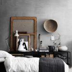 Dans la chambre noire et blanche le mur en béton ciré apporte un style masculi...
