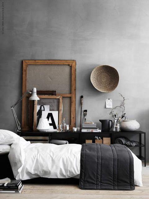 Dans la chambre noire et blanche le mur en béton ciré apporte un style masculi…