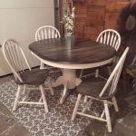 De la table et des chaises en chêne simples à un ensemble de salle à manger rustique décoratif. Ce charmin ...