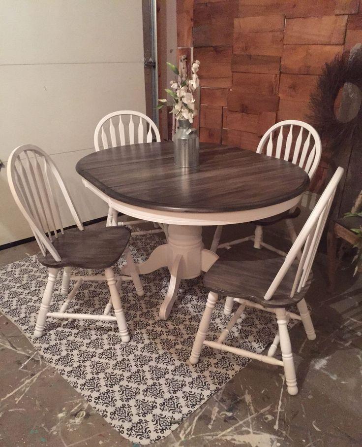 De la table et des chaises en chêne simples à un ensemble de salle à manger rustique décoratif. Ce charmin …