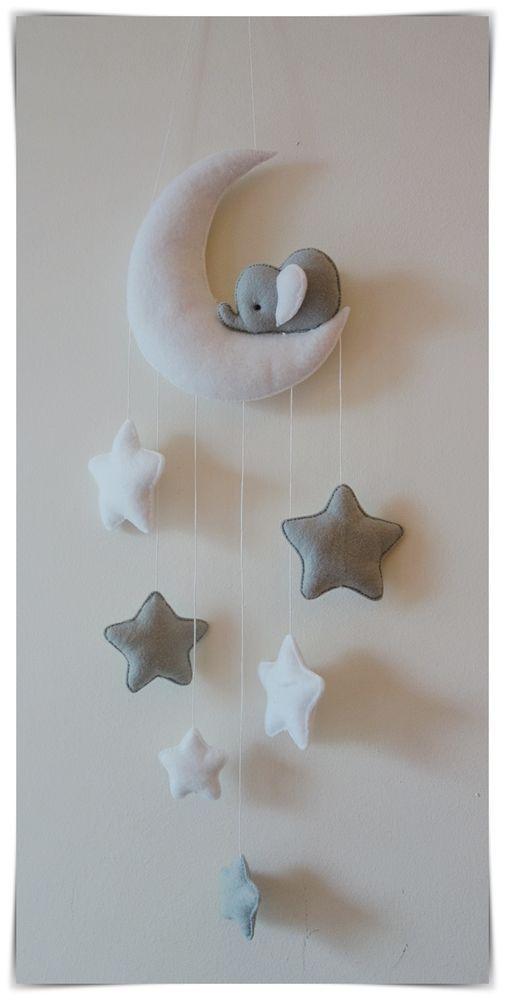 Décor de chambre de bébé avec des éléphants endormis et des étoiles. Goutte d'étoiles (du bas de la lune