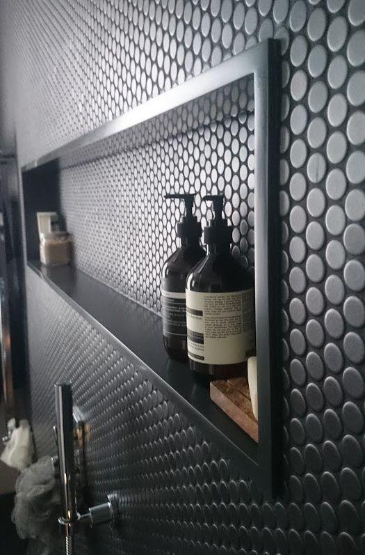 Design de salle de bain élégant et audacieux en noir