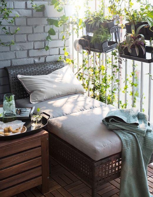 Deux éléments de siège légers rapprochés sont parfaits pour les petits balcons. …