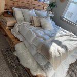 Doté d'un étage située à cadre plate-forme palette et tête de lit de pale...
