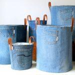 ENSEMBLE de 2 sacs de rangement en toile de denim recyclé avec une doublure fleurie blanche bleue et un bracelet en cuir, un sac à jouets en jeans