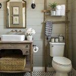 Échelle rustique sur les toilettes - pour les serviettes ?? Design de salle de bain à la ...
