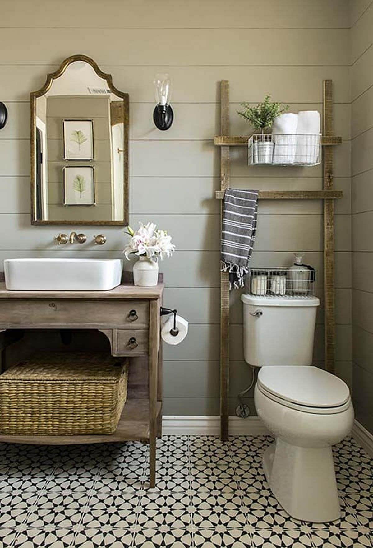 Échelle rustique sur les toilettes – pour les serviettes ?? Design de salle de bain à la …