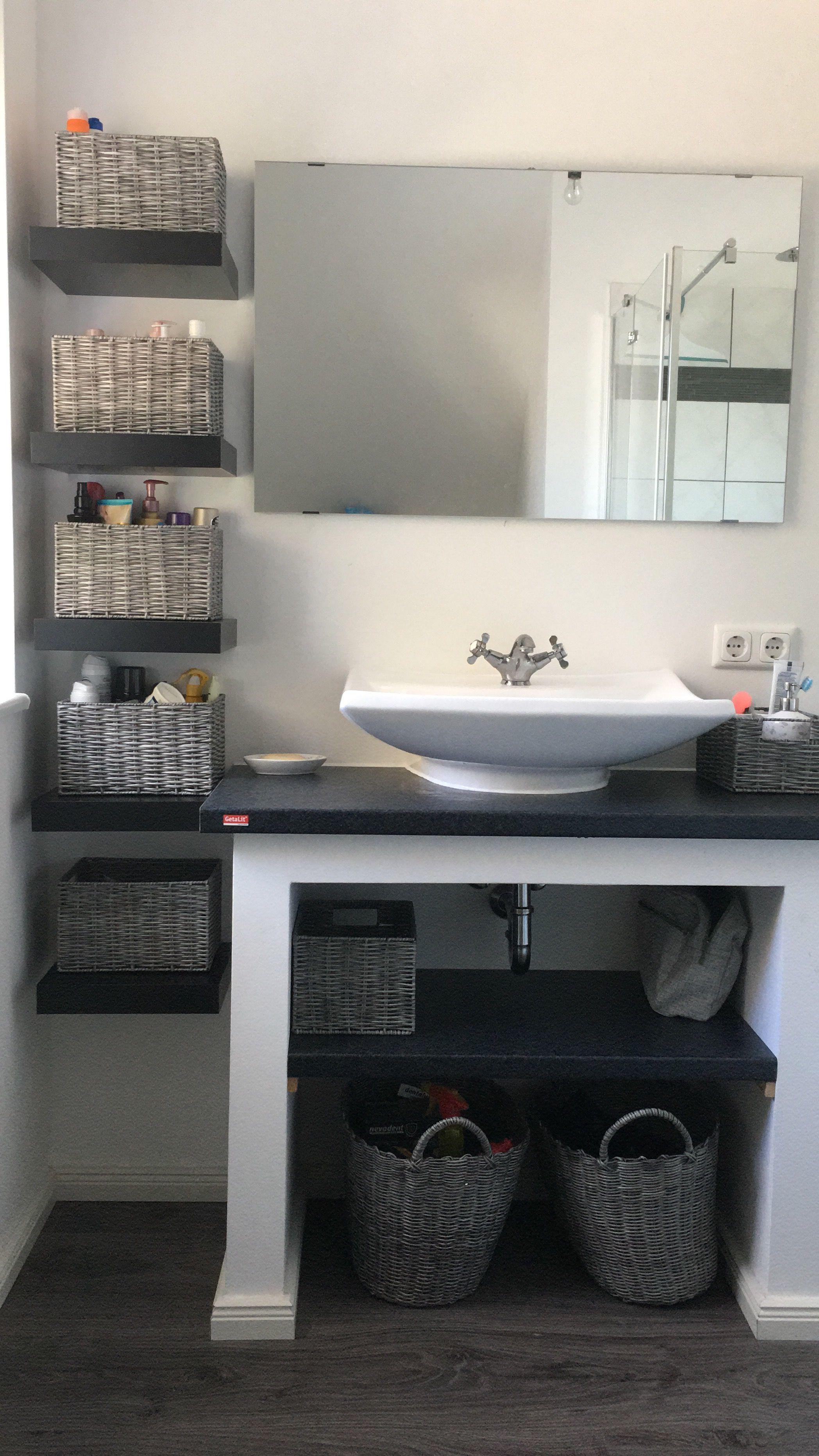 Étagère de salle de bain maison.