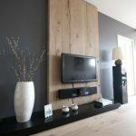Idée pour habiller le mur derrière la télé : une large planche en bois clair...