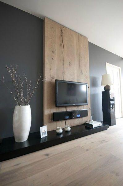 Idée pour habiller le mur derrière la télé : une large planche en bois clair…
