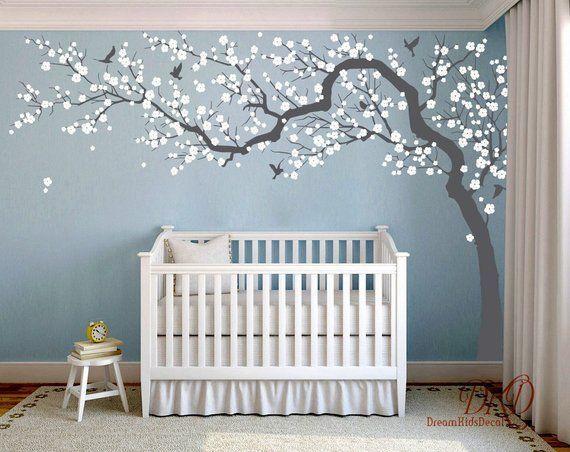 Inspiration de la chambre des filles en rose, gris et blanc? Comment ça vous plaît? Le coussin rond en velours gris, la lampe Miffy et bien sûr de nombreuses …