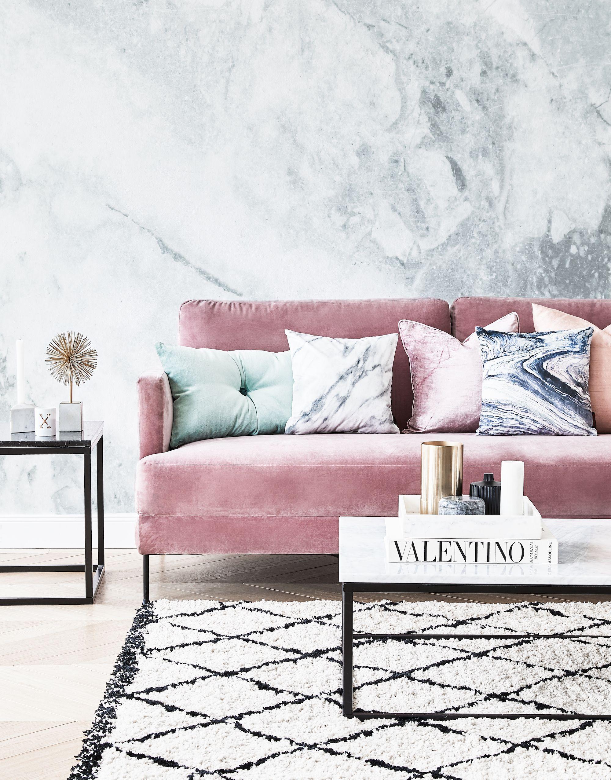 Inspiration du salon: canapé rose et mur en marbre   Jolie en rose! Notre mensonge …