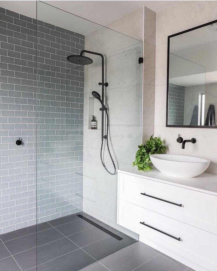 J'aime cette salle de bain. Si simple et propre. Sera des années et des années avant que loo …