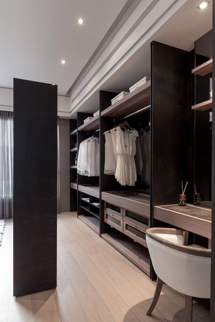 La garde-robe de Yian – mélange de bois et de métal noir