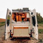 La vie de camionnette d'un couple avec une causeuse à hayon au circuit VW Crafter ...