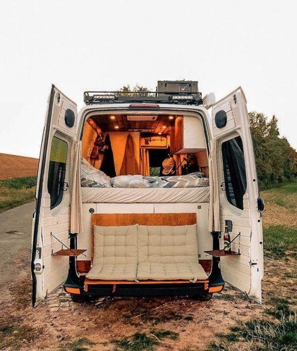 La vie de camionnette d'un couple avec une causeuse à hayon au circuit VW Crafter …