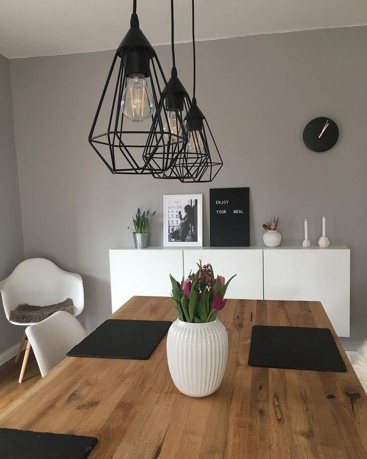 Lampe de salle à manger et chemin de table et peinture murale grise: la vie scandinave