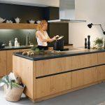 Le bois apporte de la chaleur à la cuisine et se combine parfaitement avec le noir ...