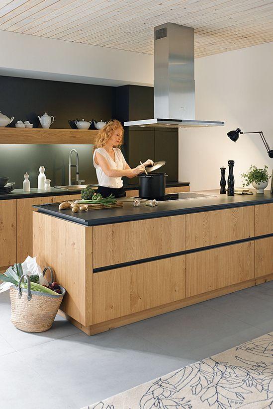 Le bois apporte de la chaleur à la cuisine et se combine parfaitement avec le noir …