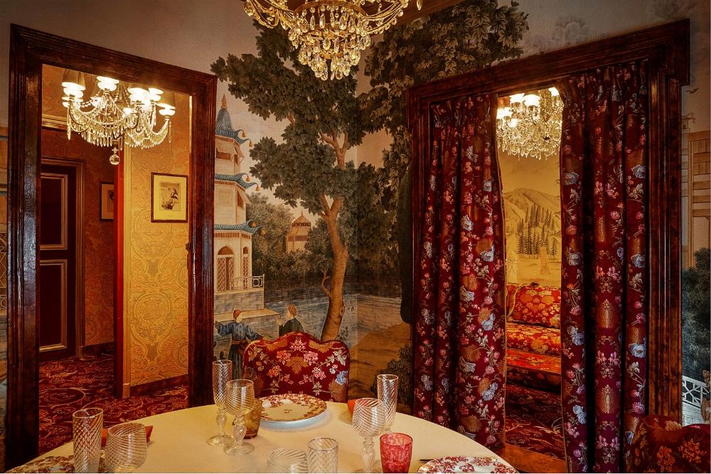 Le restaurant parisien Storied Lapérouse est né à nouveau comme un rêve romantique dans le rococo