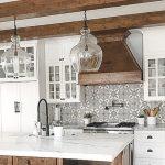 Mélange de bois et de blanc - îlot de cuisine rustique #kitchenisland #kitchencabi