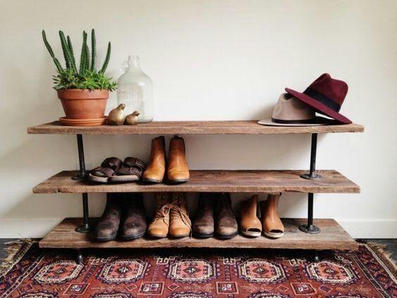 Meuble à chaussures en vieux bois et métal