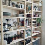 Meubler avec de simples étagères en bois   Douce maison
