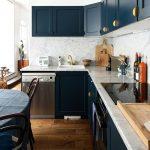 Meubles de cuisine bleu marine et boutons de portes dorés.   Julie, Paris 10èm...