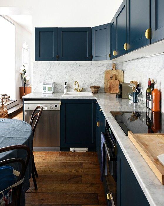 Meubles de cuisine bleu marine et boutons de portes dorés.   Julie, Paris 10èm…