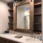 Miroir coulissant pour portes d'armoires dans la salle de bain. Double comme un miroir, mais cela nous permet aussi