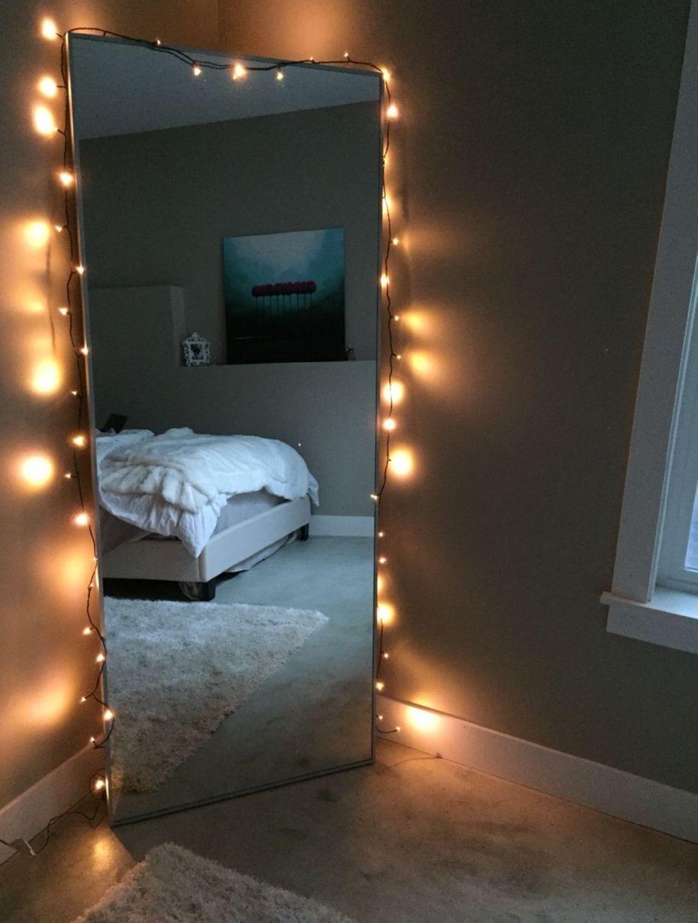 Miroir de la chambre debout. Miroir avec guirlande lumineuse .. Miroir avec guirlande lumineuse. …