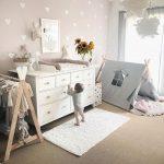 Mise en place d'une chambre bébé 🌻 Idée murale Inspo Table à langer Table à langer D ...