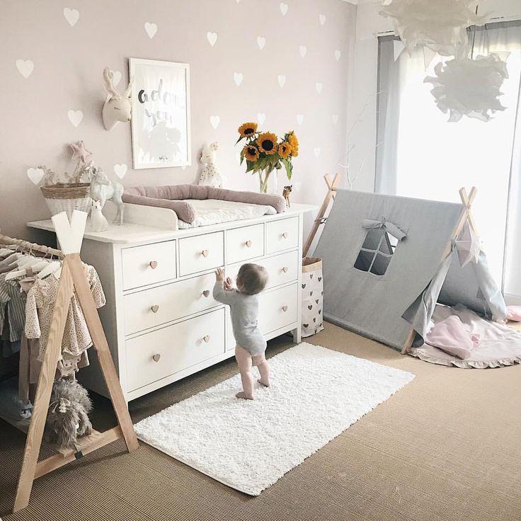 Mise en place d'une chambre bébé 🌻 Idée murale Inspo Table à langer Table à langer D …